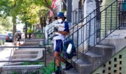 Dúo de mujeres en Michigan la emprende a golpes contra empleada del correo postal por supuestos cheques de estímulo